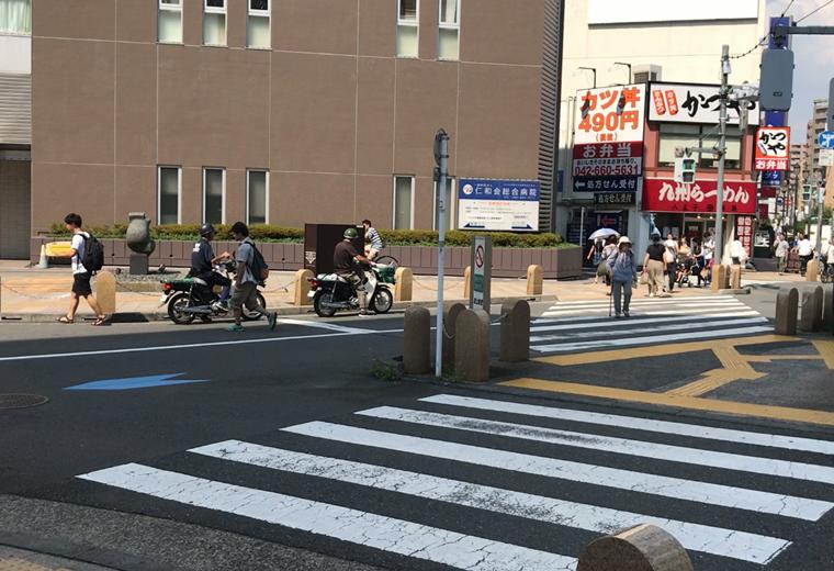 そして横断歩道を渡り赤い看板の「九州ラーメン」さんを左手にして直進します。